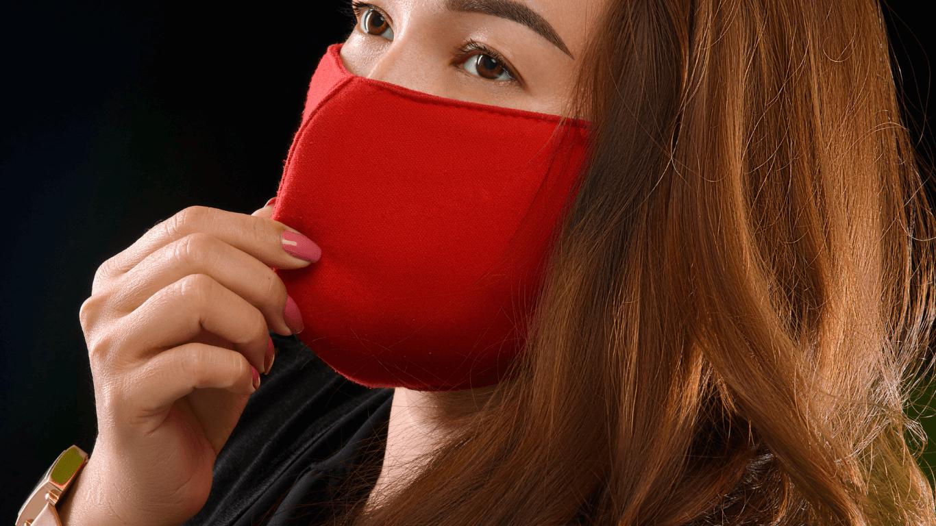 menggunakan masker kain